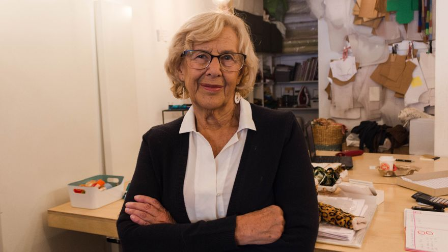 Manuela Carmena en 'Zapatelas', la tienda taller solidaria que creó antes de convertirse en alcaldesa y en la que ahora vuelve a atender.