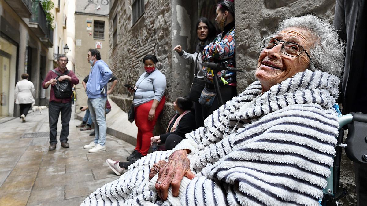 Núria Marcet, durante la acción para paralizar el desahucio de la calle Lleona, en Barcelona, este miércoles