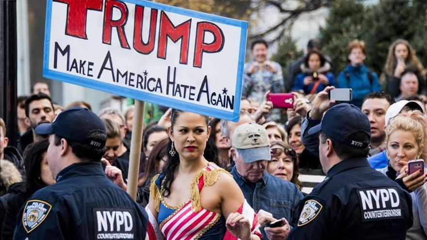Atacan web de Trump y protestan en hotel donde se reunía con empresarios