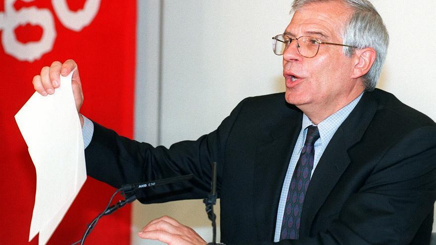 Jose Borrell anunció hoy en rueda de prensa que ha presentado su dimisión como candidato del PSOE a la Presidencia del Gobierno, tras conocerse el presunto fraude fiscal en el que están implicados dos de sus ex colaboradores en Hacienda: Josep María Huguet y Ernesto de Aguiar.  May 14, 1999 1:00 AM.