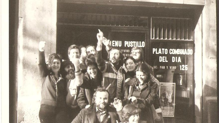 Mari Carmen González (a la izquierda), Lola Carmona (a la derecha) y Teresa Carmona (en el centro, agachada) retratadas con sus por entonces compañeros de Telesincro
