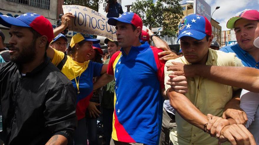 Capriles denuncia que encapuchados lo tienen sitiado en un aeropuerto venezolano