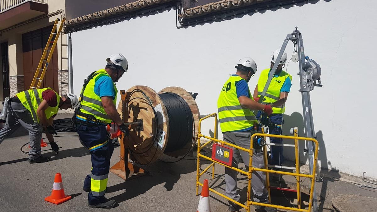 Trabajadores de Ahí+ despliegan fibra óptica en una localidad.