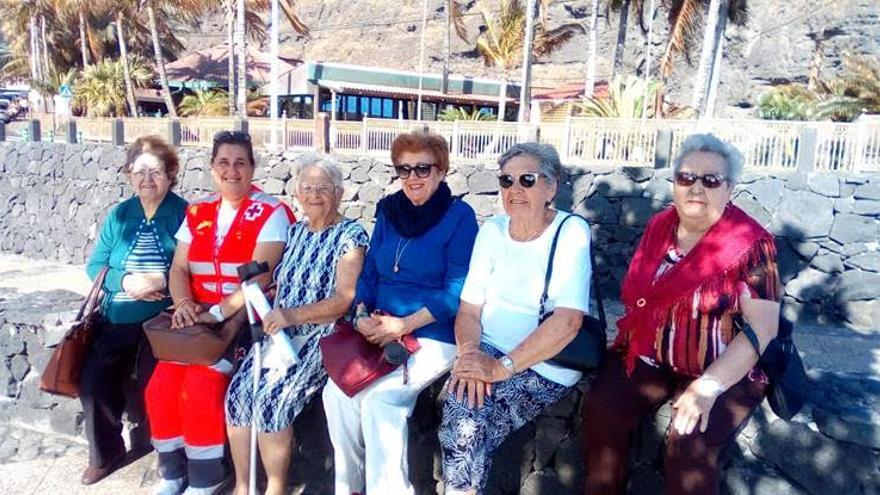 Personal de Cruz Roja junto a un grupo de mujeres de La Palma.
