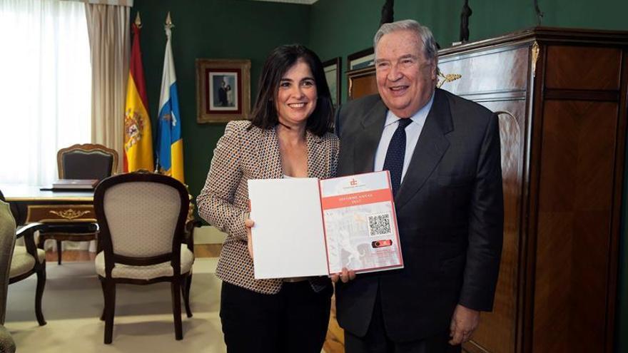 El diputado del Común, Jerónimo Saavedra, entrega a la presidenta del Parlamento de Canarias, Carolina Darias, el informe anual de 2017 de la institución que preside.