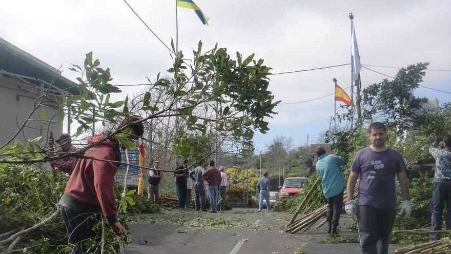En la imagen, vecinos de Breña Alta, enraman la Cruz Chica, en San Isidro. Foto: María Victoria Hernández.