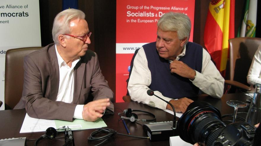 """Felipe González dice ser """"rosa"""" y """"un moderado"""" al ser preguntado por el giro del PSOE"""