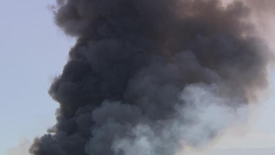 Comienzan los labores finales de extinción del incendio de Chiloeches que se centran en la propia nave de la planta