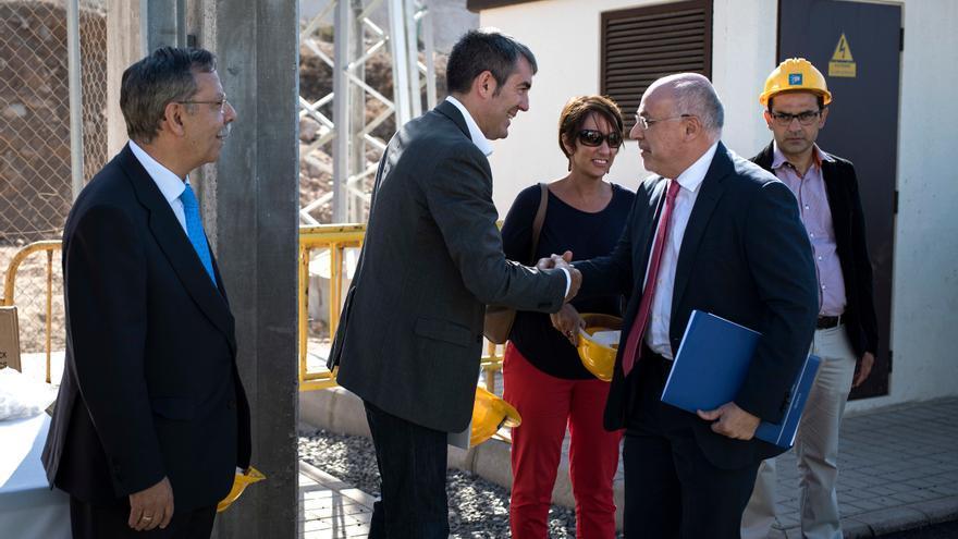 El presidente del Gobierno de Canarias, Fernando Clavijo, saluda al presidente del Cabildo de Gran Canaria, Antonio Morales