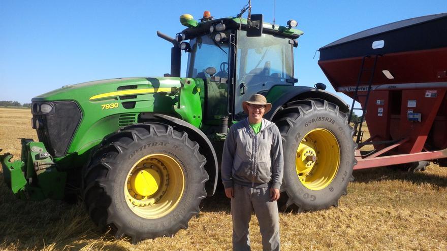 Matt Reimer junto al tractor autónomo que creó usando software libre