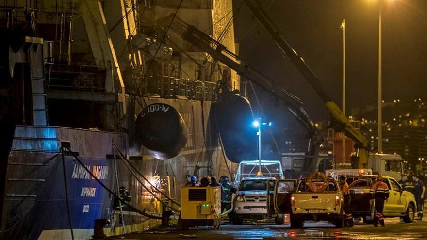 Los efectivos de emergencias actúan en el incendio que afecta al pesquero ruso 'Admiral Shabalin'. (EFE/Ángel Medina G.).