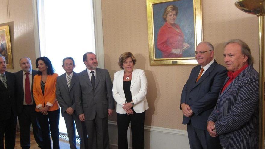 Milagrosa Martínez en las Corts con motivo de la entrega del cuadro conmemorativo de la presidencia de la cámara