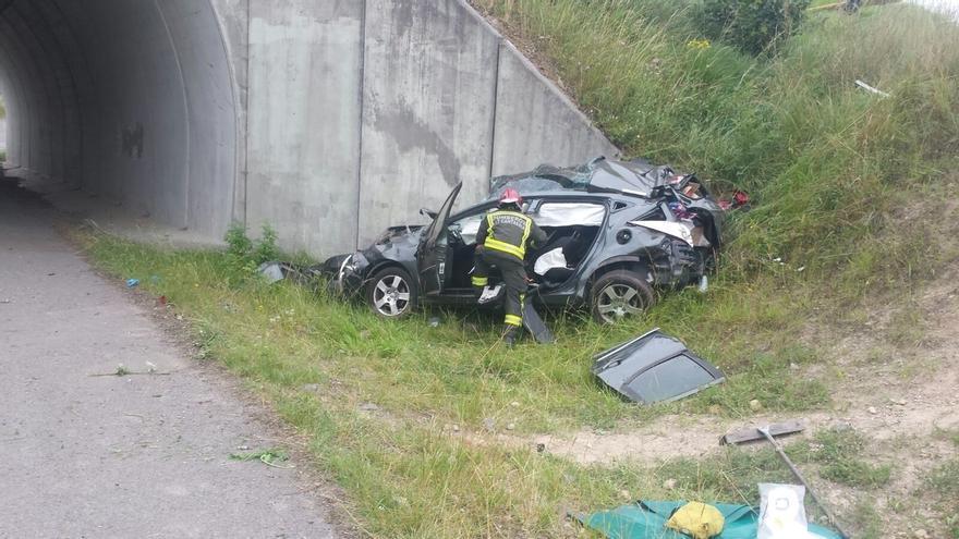 Un muerto y un herido grave al salirse con su coche de la vía en la A67, en Arenas de Iguña