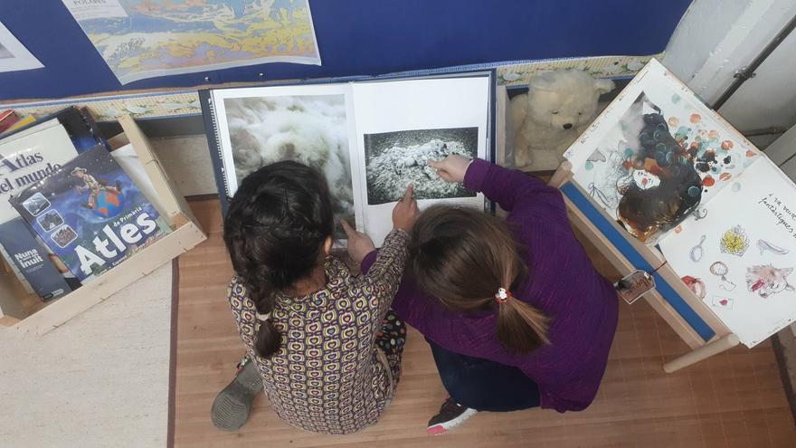 Niñas del grupo Las Alicias investigando para el proyecto ¡Salvemos el Ártico!