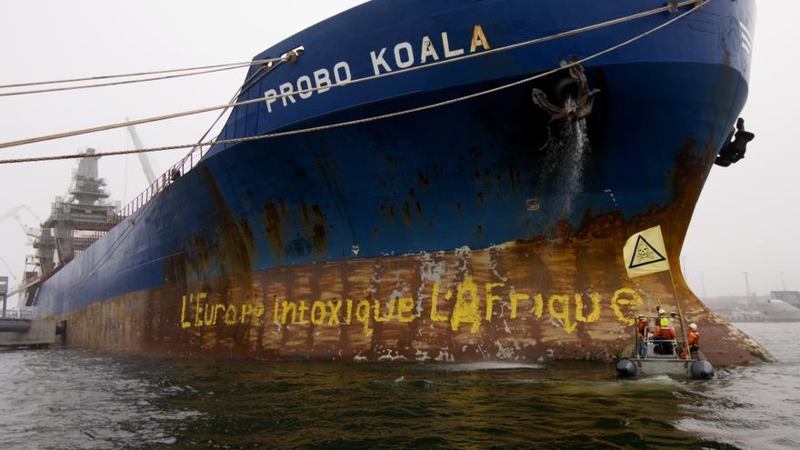 Activistas de Greenpeace activists bloquean el paso del Probo Koala en el puerto estonio de Paldiski en septiembre de 2006. © Greenpeace/Christian Åslund