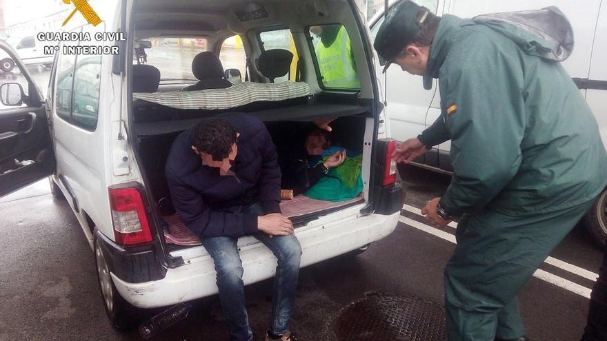Detenido cuando intentaba trasladar a dos albaneses a Inglaterra en el maletero de un vehículo