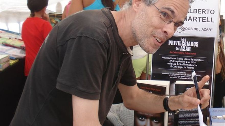 El escritor Carlos Martell firma ejemplares.