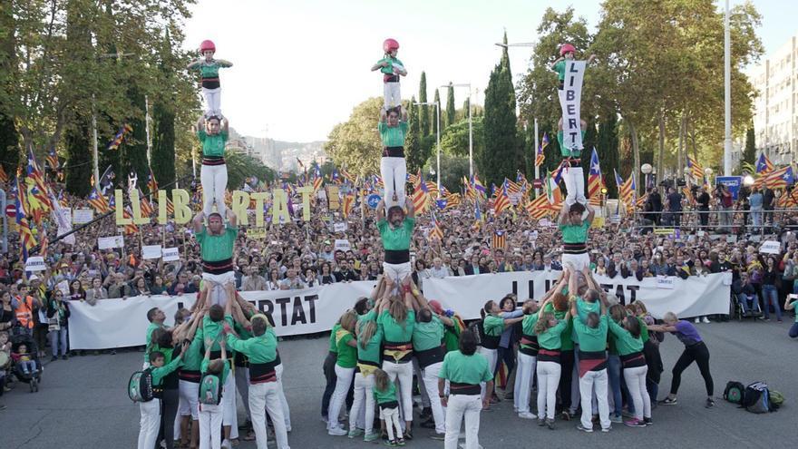 Manifestantes forman castells para pedir libertad para los líderes del procés