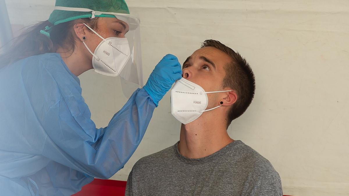 Una enfermera realiza una prueba PCR en Pamplona. EFE/Iñaki Porto.
