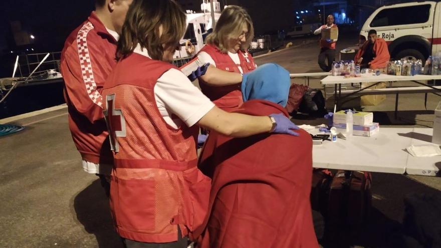 Cruz Roja atiende a algunos de los migrantes que han llegado este fin de semana a la costa alicantina en patera.