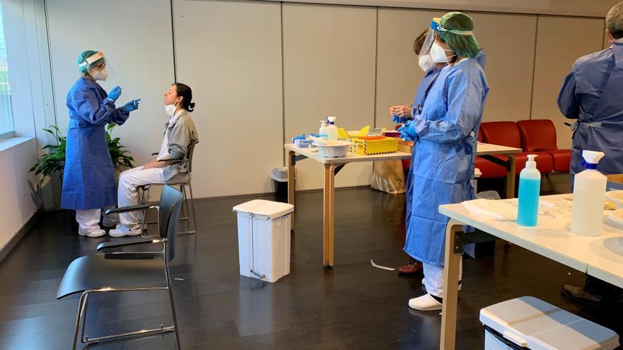 Profesionales sanitarias realizan pruebas diagnósticas en el CAIDIS San José