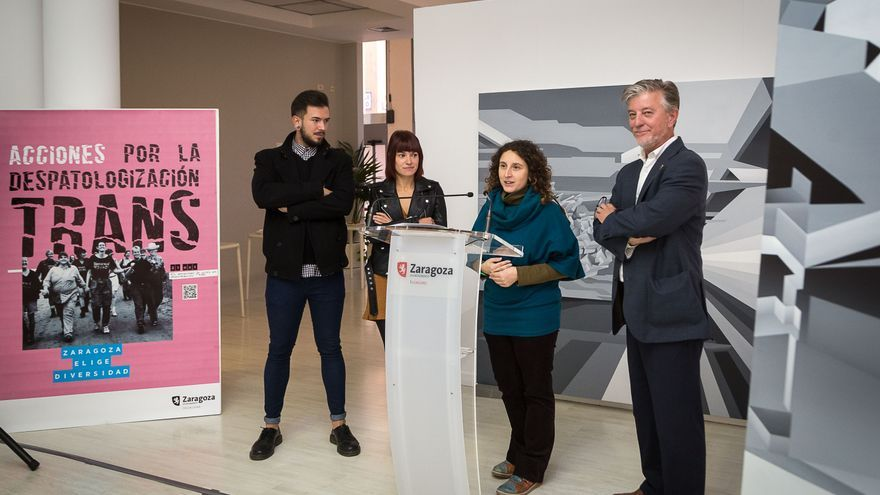 De derecha a izquierda: el alcalde de Zaragoza, la concejala de Educación e Inclusión y las creadoras de Inesperadxs