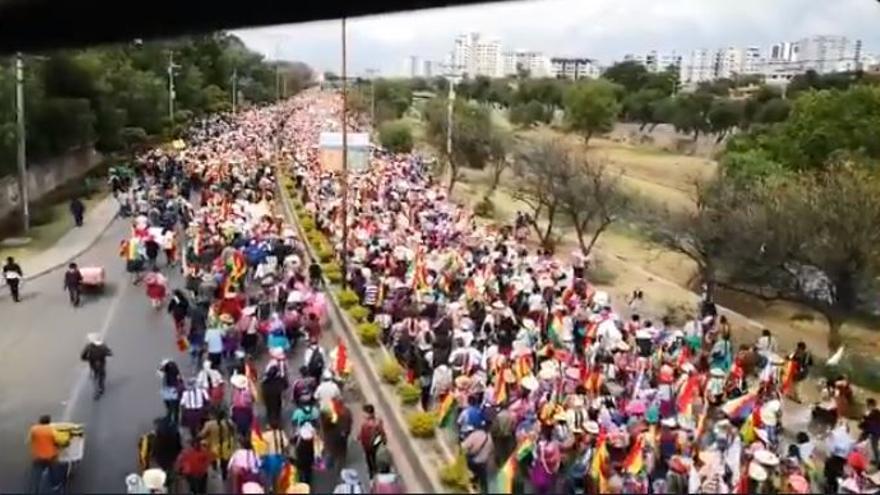 Miles de mujeres se movilizadas en Cochabamba en apoyo al presidente Evo Morales