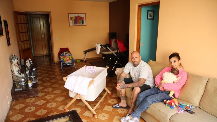 Cristo Vega junto a su pareja y su hija pequeña en la vivienda social que ha reformado.