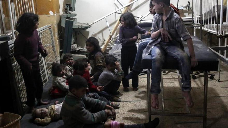 Los pacientes que se estaban ahogando y los muertos fueron llevados a un centro cercano de defensa civil y a una clínica construida dentro de la ladera de una montaña rocosa para protegerla de los ataques aéreos.