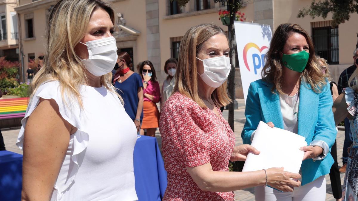 La vicesecretaria de Política Social del PP, Ana Pastor, visita una mesa de recogida de firmas contra los indultos. EFE/Domenech Castelló
