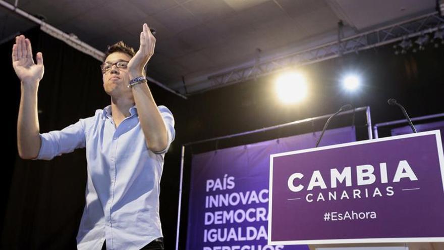 El jefe de campaña de Podemos Íñigo Errejón saluda a los simpatizantes que se dieron cita durante el acto político que celebran en Santa Cruz de Tenerife. (EFE/Ramón de la Rocha)