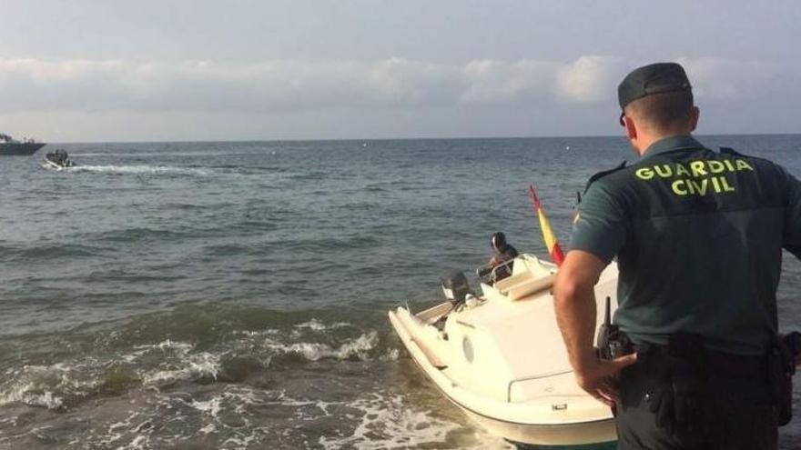 La Guardia Civil intercepta una patera con 10 personas a bordo en Santa Pola
