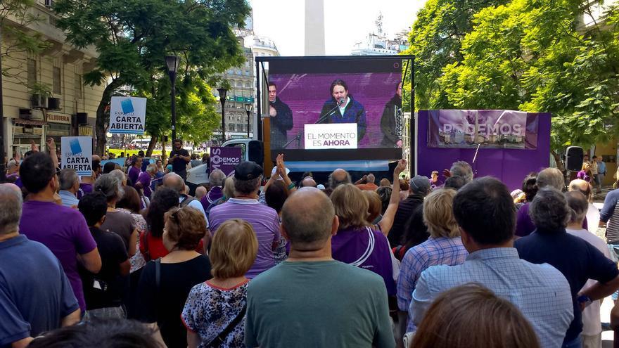 Seguidores de Podemos siguen, desde Buenos Aires, el discurso de Pablo Iglesias durante La Marcha del Cambio. ÁNGEL CAMINO