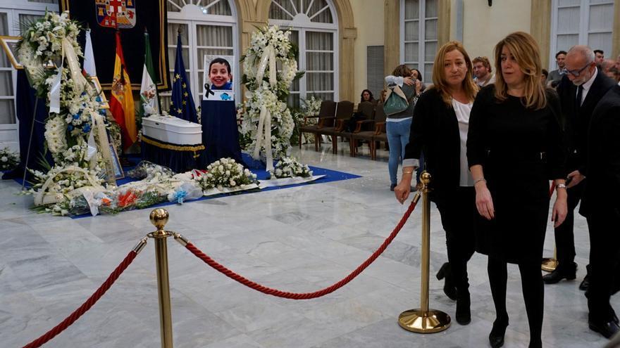 La presidenta andaluza, Susana Díaz, en la capilla ardiente de Gabriel Cruz instalada esta tarde en el Palacio Provincial de la Diputación de Almería.