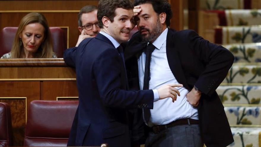 Pablo Casado conversa con Guillermo Mariscal, portavoz adjunto del PP en el Congreso.