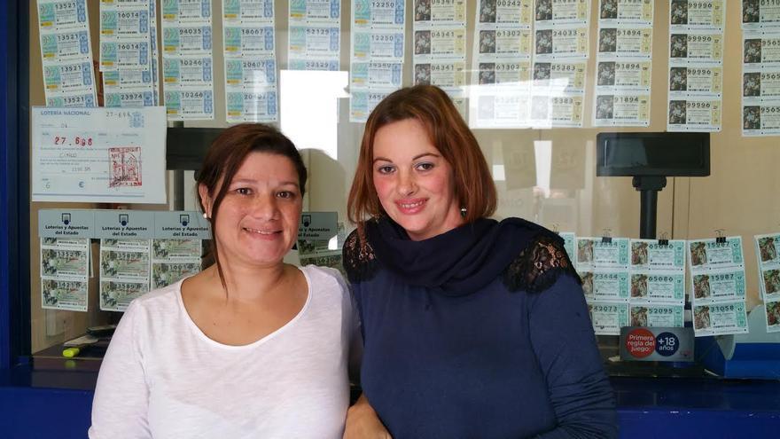 María Cobiella (i) y Maise Pérez en la administración que repartió el 'Gordo' en 2001. Foto: LUZ RODRÍGUEZ.