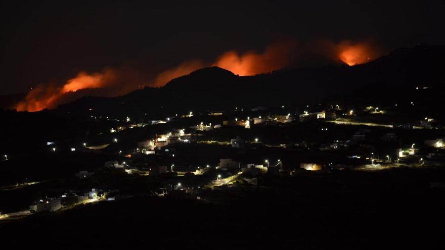 Imagen nocturna del incendio en Valleseco.
