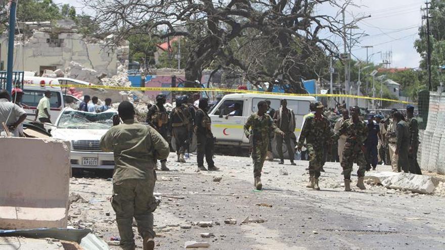 Muere un soldado y tres civiles son heridos por un coche bomba en Mogadiscio