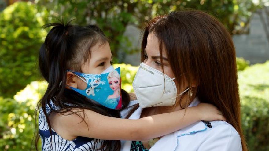 La doctora venezolana Rosmary Carolina Vieras, acompañada de su hija Amira (i), atiende una entrevista con Efe, el 18 de junio de 2020, en Ciudad de México (México).