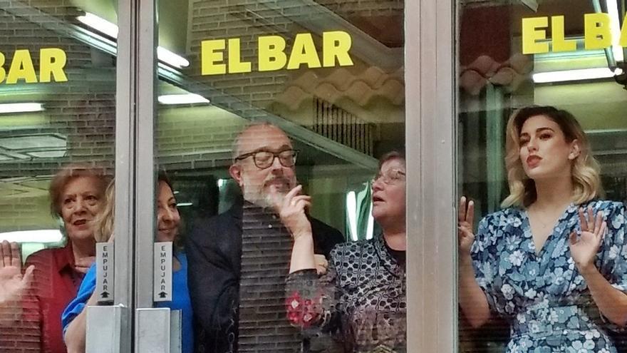 Álex de la Iglesia, en la presentación de 'El Bar' en El Palentino, junto a Loly López, copropietaria, y el elenco de la película | SOMOS MALASAÑA