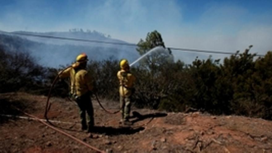 Bomberos luchan contra el fuego en las islas (ACFI PRESS).