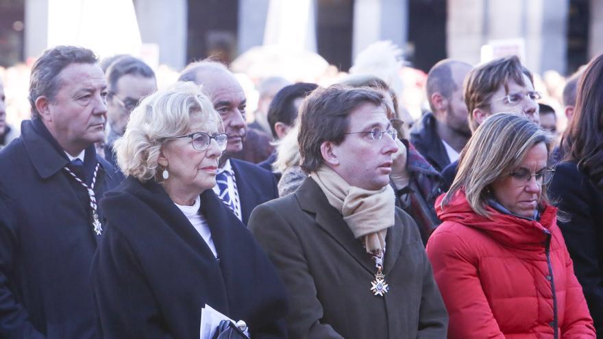 Manuela Carmena y José Luis Martínez-Almeida en la misa de la Almudena en Madrid.