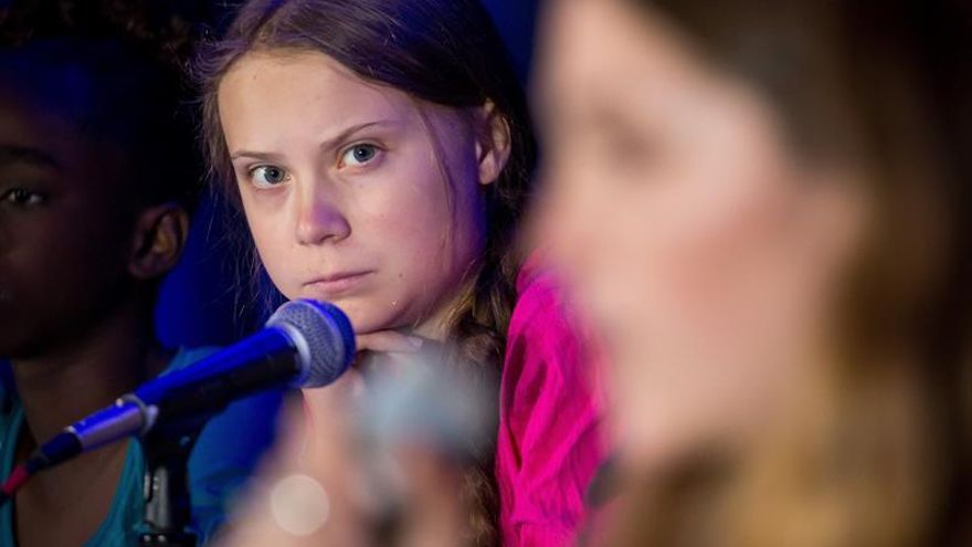 Thunberg escucha a otro joven activista en la rueda de prensa donde presentaron la denuncia.