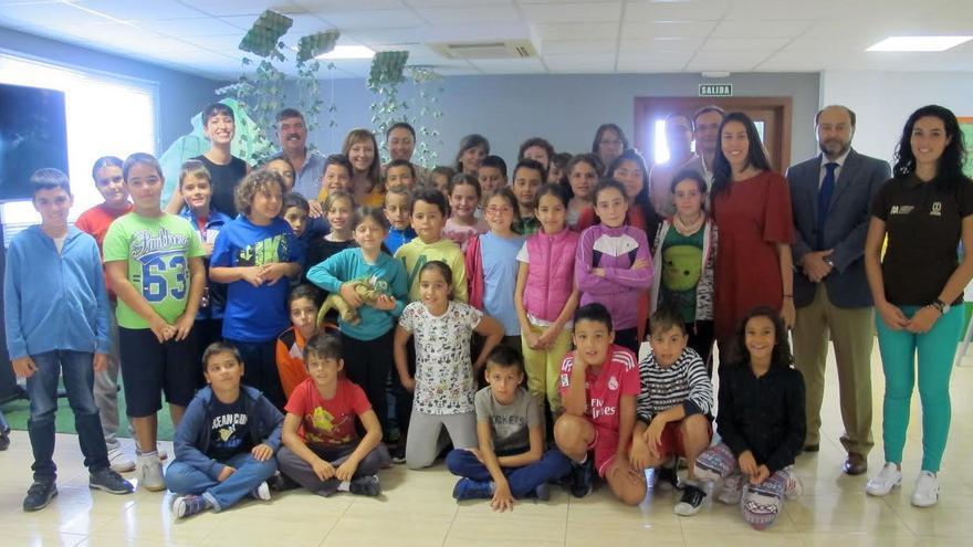 Los alumnos y alumnas de cuarto ciclo de primaria del CEIP Princesa Arecida (Mazo) han sido los encargados de inaugurar la segunda edición de 'La Palma Recicla'. En la foto, junto a autoridades y técnicos.