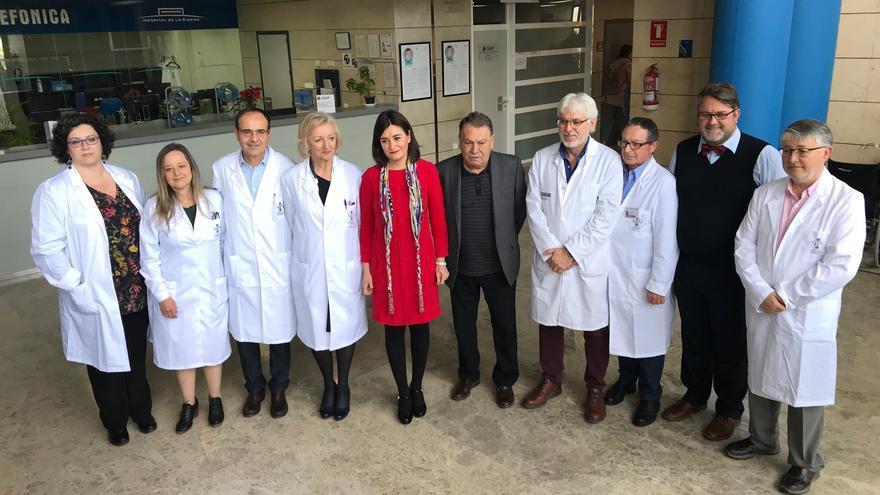 La consellera Carmen Montón, de rojo, y la gerente del área de salud de la Ribera, Isabel González.