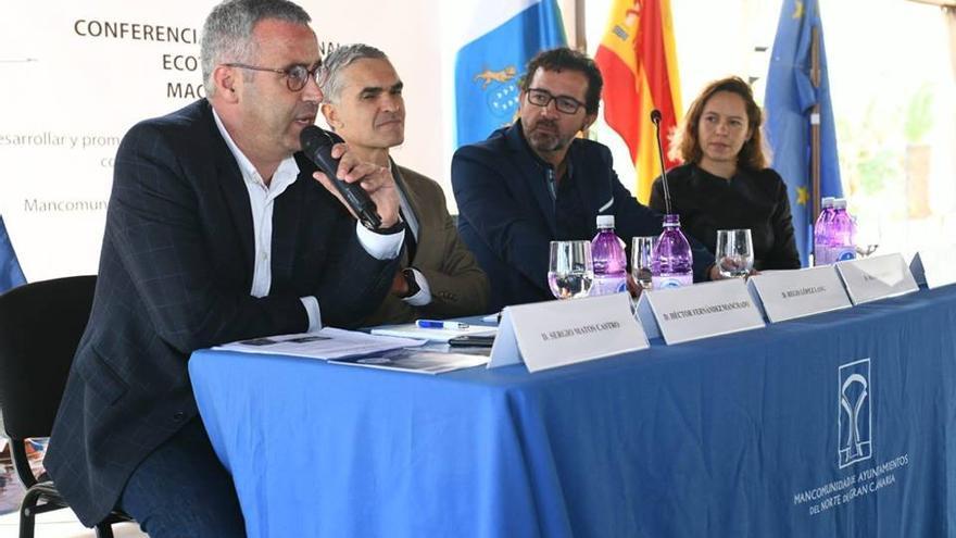 Sergio Matos (i) durante la intervención.