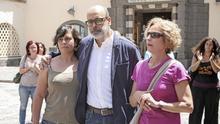 El consejero electo de Podemos en el Cabildo Juan Manuel Brito, su compañera sentimental, Noemí Parra (i) y la consejera electa de Podemos, María Nebot (ALEJANDRO RAMOS)