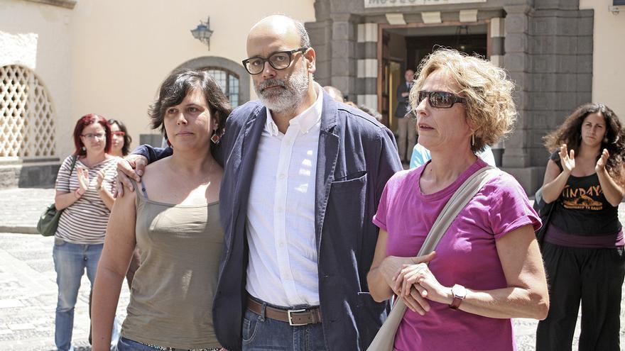 La consejera electa de Podemos, María Nebot, el consejero electo, Juan Manuel Brito y su compañera sentimental Noemí Parra (ALEJANDRO RAMOS)
