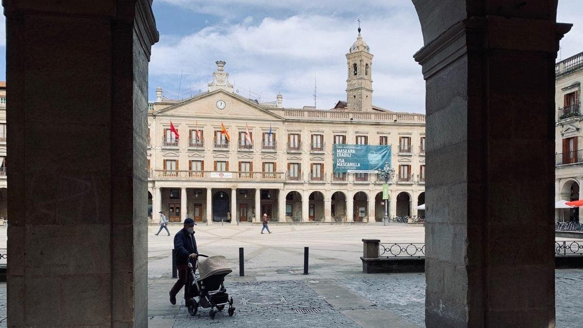 La Plaza de España de Vitoria, con un cartel para el uso de mascarillas