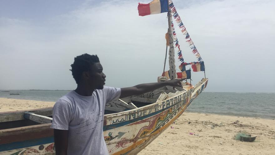 Mamadou Dia, junto a un cayuco, similar al que le llevó a las isla de la Gomera en 2002.